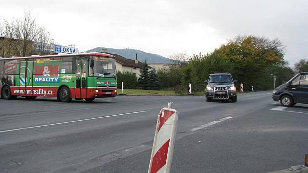 Před modernizací křižovatky se na Kamionce opraví nerovnosti a vyjeté koleje na cestě.