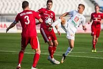 Třinečtí fotbalisté (v červeném) sahali v Hradci Králové po bodu.