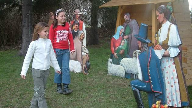 Karolína Brenkusová (vlevo) si se sestrou Nikolou prohlíží expozici u kina Kosmos.