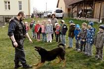 Děti viděly v akci také psovoda se psem.