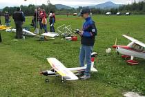 Pobeskydský aviatický klub Frýdek-Místek v sobotu pořádal na svém letišti v Místku-Bahně drakiádu a letecké ukázky modelů.