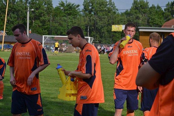 Fotbalisté Lučiny (oranžové dresy) na domácím trávníku porazili Petrovice 2:1.