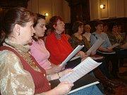 Chrámový sbor při kostele sv. Václava v Bašce po spoluúčinkování při bohoslužbě konané u příležitosti 10. výročí úmrtí Eduarda Hakena (6. ledna 2006).