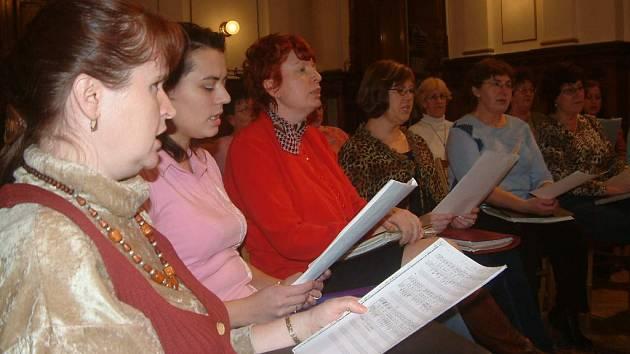 Členky sboru během pravidelné zkoušky.