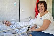 Kaplanka Ywona Guznarová s pacientkou.