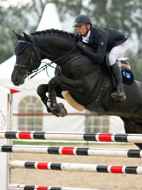 Mistr republiky v kategorii seniorů Lukasz Koza na koni Eibisch II ze Stáje Mustang Lučina.