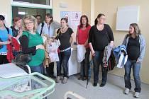 Budoucí maminky si prohlížejí frýdecko-místeckou porodnici.