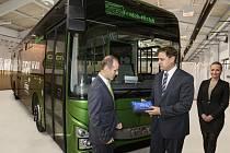 Světově první autobus Iveco Bus Crossway EURO VI převzali zástupci města a společnosti ČSAD Frýdek-Místek v sídle výrobce ve Vysokém Mýtě.