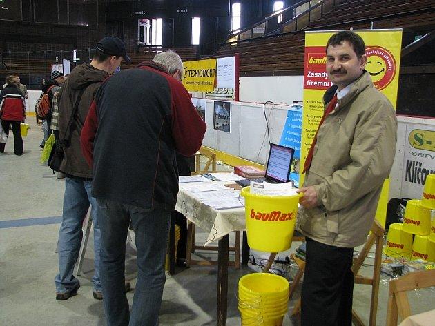 Náboru nových zaměstnanců se osobně zúčastnil i vedoucí frýdecko–místecké prodejny Baumax Jan Kalenský, který za zájem odměňoval přítomné žlutým kyblíkem s logem společnosti.