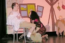 Divadlo Čtyřlístek na Slezské ve Frýdku uvede v sobotu 8. března v 18 hodin reprízu INGovské pohádky pro dospělé aneb Pohřeb dobrý, všechno dobré. Na snímku je moderní čarodějka Ivana Linzerová a nezkušený kralevic Petr Michna.
