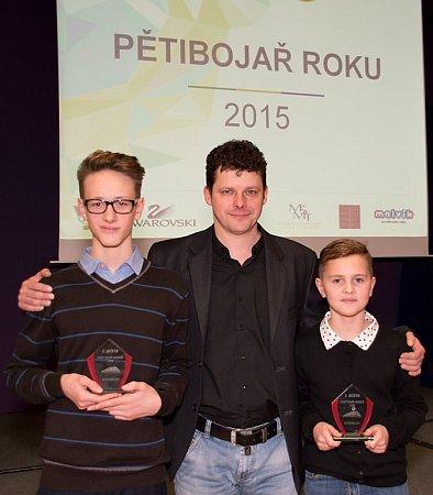 Frýdecko-místečtí závodníci na slavnostním vyhlášení nejlepších pětibojařů roku vPraze. Zleva stojí Matěj Pajtl, trenér Pavel Gazda a Anna Studénková.