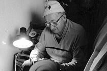 Vladimír Machek při práci na své ručně vyrobené brusce. Jako jediný používá suchou techniku.