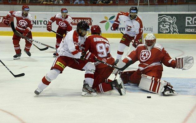 Třinečtí hokejisté (včerveném) absolvovali vOlomouci úvodní herní přípravu.