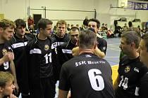 Hrající trenér domácích Přemysl Kubala (číslo 6) právě uděluje pokyny svým svěřencům.