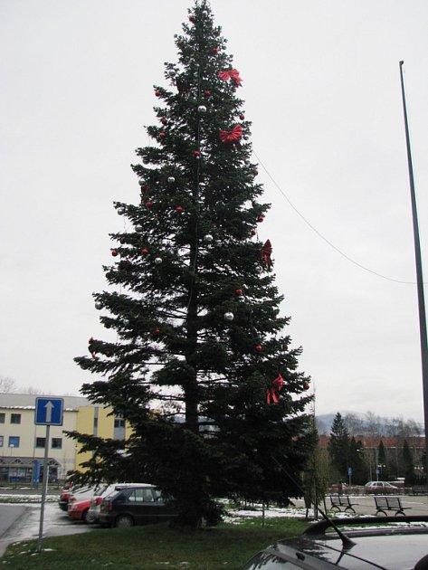 Vánoční strom před kulturním domem Trisia v Třinci. Ilustrační snímek.