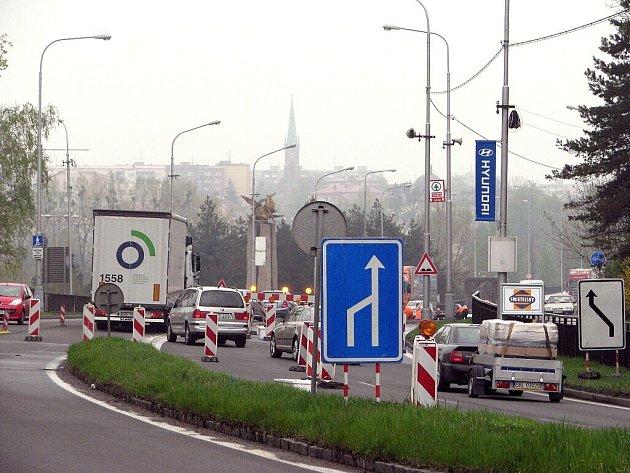 Dopravní situaci ve Frýdku-Místku komplikuje částečná uzavírka na průtahu městem. Ředitelství silnic a dálnic tu opravuje druhou polovinu mostních závěrů. Oprava probíhá na mostu přes řeku Ostravici na Hlavní ulici.