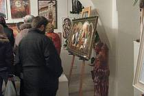 Návštěvníci si prohlížejí výstavu na zámku ve Staré Vsi nad Ondřejnicí.