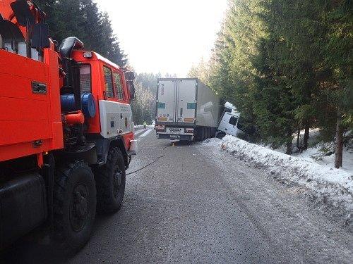 Dvě jednotky hasičů zasahovaly ve čtvrtek unehody slovinského kamionu, která se obešla bez zranění. Kamion Mercedes Actros, vezoucí tři tuny makarónů, skončil vpříkopu.