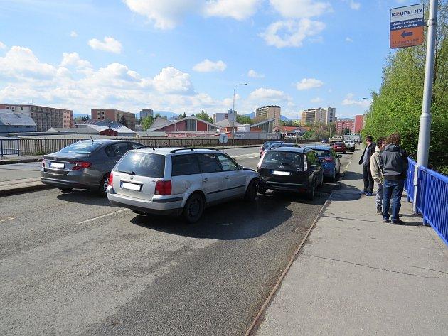 Hromadná nehoda komplikovala dopravu na mostě ve Frýdku-Místku.