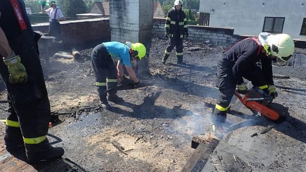 Zásah hasičů u požáru střechy rodinného domu poblíž Žermanické přehrady.
