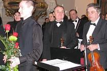 Dirigent a varhaník Jan Strakoš (na snímku vlevo) po nedávném koncertu v kostele svatého Jana a Pavla v Místku, který skončil mimořádným úspěchem.
