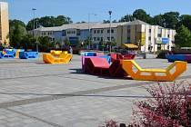 Náměstí Svobody v Třinci ožilo barevným nábytkem. Hlavně mezi dětmi se stalo středem zájmu.