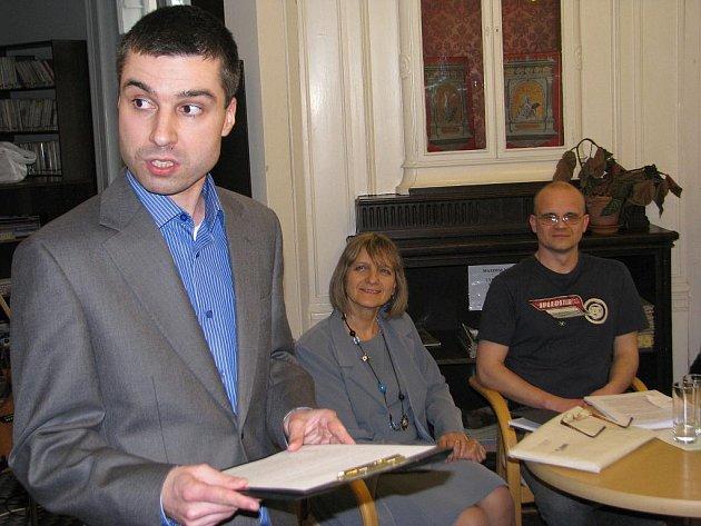 Frýdecká knihovna hostila v pátek vyhodnocení 18. ročníku literární soutěže Můj svět. V popředí ředitel knihovny Tomáš Benedikt Zbranek.