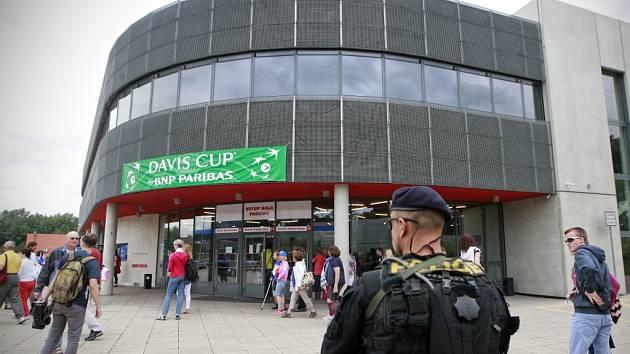 Tenisové utkání v Třinci provázela zpřísněná bezpečnostní opatření.