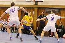 Házenkáři Frýdku-Místku (bílé dresy) dokázali porazit Kopřivnici i ve druhém vzájemném utkání.