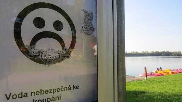Výstrahu, že voda v přehradě Baška je nebezpečná ke koupání, vydali hygienici tento týden.