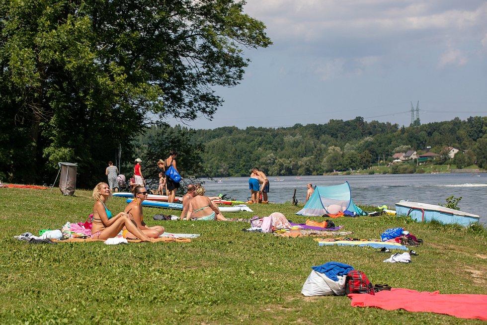 Lidé tráví slunečnou neděli u Žermanické přehrady, 15. srpna 2021 v Lučině.