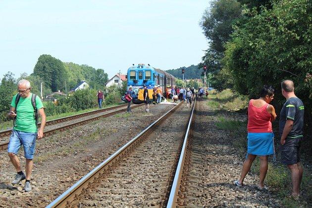 Vlak smetl auto na přejezdu v Pržně.