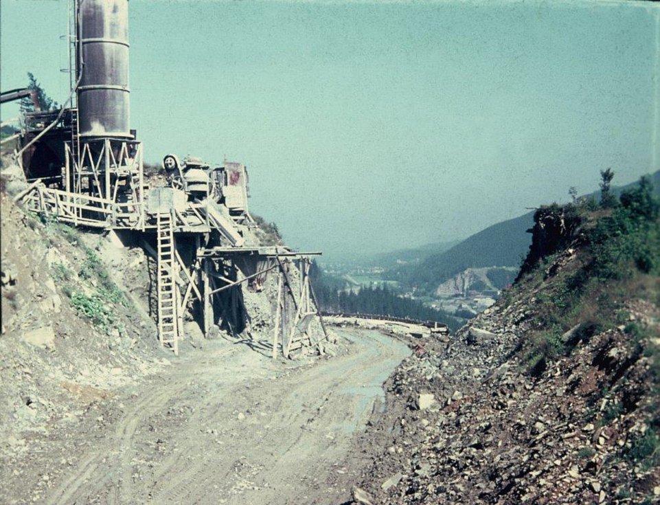 Výstavba přehrady vyvolala řadu investic. Snímek zachycuje stavební práce na budování silnice I/56, která vede nad přehradou.