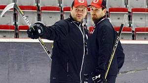 Hlavní trenér Ocelářů Václav Varaďa (vlevo). Vedle něj asistent Jiří Raszka.