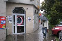 Muž na třineckém sídlišti Terasa prochází kolem baru, u něhož zastupitelé omezili provozní dobu. Podle radnice si na podnik neustále stěžují lidé z okolí.
