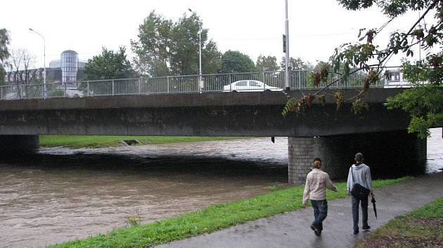 Na řece Ostravici ve Frýdku-Místku platil od čtvrté hodiny ráno první povodňový stupeň. Její hladina však nijak dramaticky nestoupala, ve středu po deváté hodině měla 316 centimetrů.