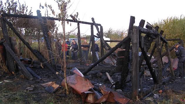 V této boudě bezdomovec uhořel.