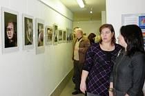 Návštěvníci vernisáže výstavy Ivany Mrózkové v Bystřici.