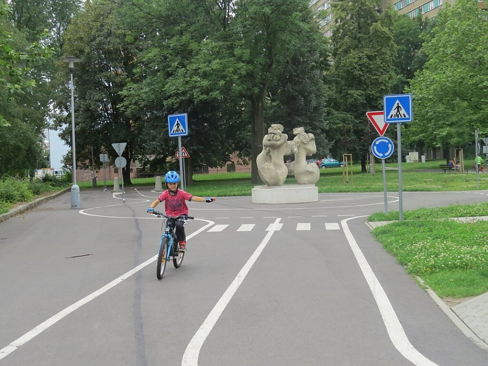 V rámci projektu Prázdniny ve městě mohly v úterý 19. července dopoledne strávit děti na kolech na dopravním hřišti pod dohledem frýdecko-místeckých strážníků, kteří je seznámili nejen s pravidly silničního provozu.