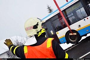 Vyprošťování autobusu mezi Václavovicemi a Bruzovicemi