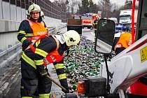 Nehoda kamionu u dálničního tunelu Lysůvky. Na dvousetmetrový úsek rychlostní komunikace R48 se vysypaly přepravky s pivem.
