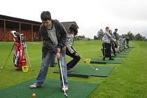 Děti si na Ostravici vyzkoušely základy golfu.