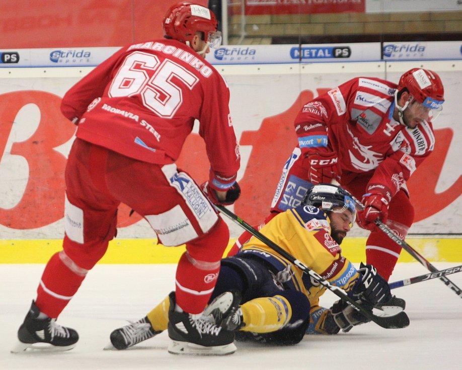 Extraligoví hokejisté Zlína (ve žlutém) v pátečním 35. kole doma hostili třinecké Oceláře. Foto: Pro Deník/Jiří Hejtmánek