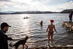 Mikulášská štafetová přeplavba Žermanické přehrady, 6. prosince 2020.