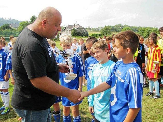 Fotbalisté MFK Frýdek-Místek přebrali ocenění z rukou starosty obce Radima Bače a policejního prezidenta Petra Lessyho (na snímku).