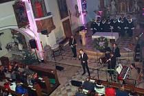Přes čtyři stovky lidí zavítaly v pátek do kostela sv. Jana Nepomuckého v Pražmě. Důvodem byl předvánoční koncert zpěváka Martina Chodúra, který o svých hlasových kvalitách přesvědčil snad každého návštěvníka.