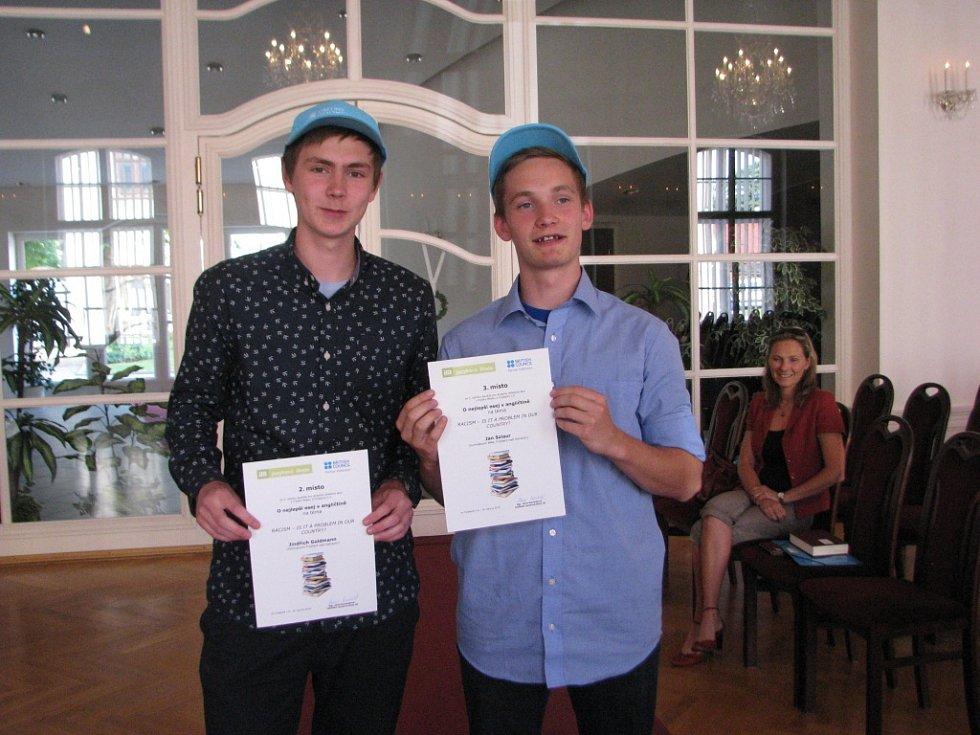 Ve Frýdlantě nad Ostravicí ocenili autory tří nejlepších esejí v angličtině, které vznikly v rámci soutěže určené pro středoškoláky. Soutěž se letos konala už potřetí.