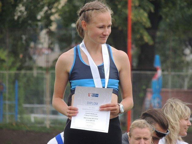 Vběhu na 800metrů skončila na stříbrné pozici Iveta Rašková.