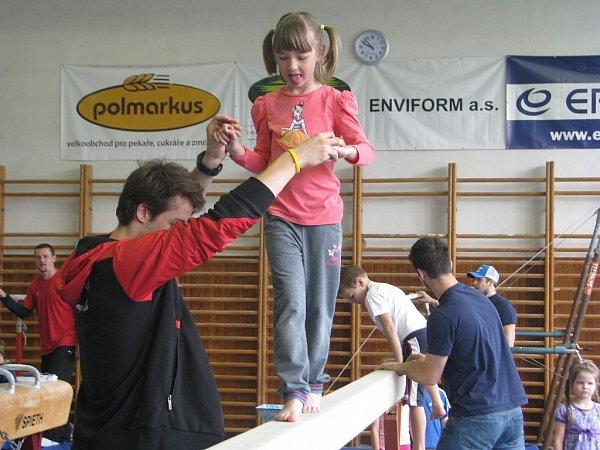 Předškoláci si vúterý zacvičili vgymnastické tělocvičně STaRS, dohlíželi na ně třinečtí a vítkovičtí hokejisté.