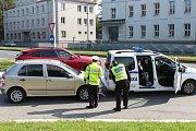 Řidič narazil do strážníků.